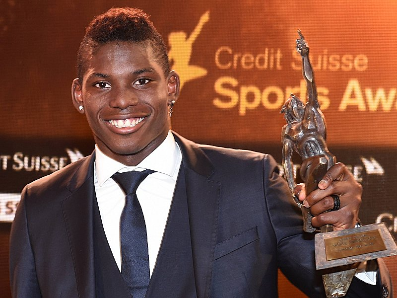 Zuerich, 13.12.2015, allgemein - Credit Suisse Sports Awards, Breel Embolo mit dem Pokal zum Newcomer des Jahres an den Sports Awards. (Melanie Duchene PUBLICATIONxNOTxINxSUIxAUTxLIExITAxFRAxNEDxUSA Zurich 13 12 2015 common Credit Suisse Sports Awards Breel Embolo with the Cup to Newcomers the Year to the Sports Awards Melanie Duchene PUBLICATIONxNOTxINxSUIxAUTxLIExITAxFRAxNEDxUSA