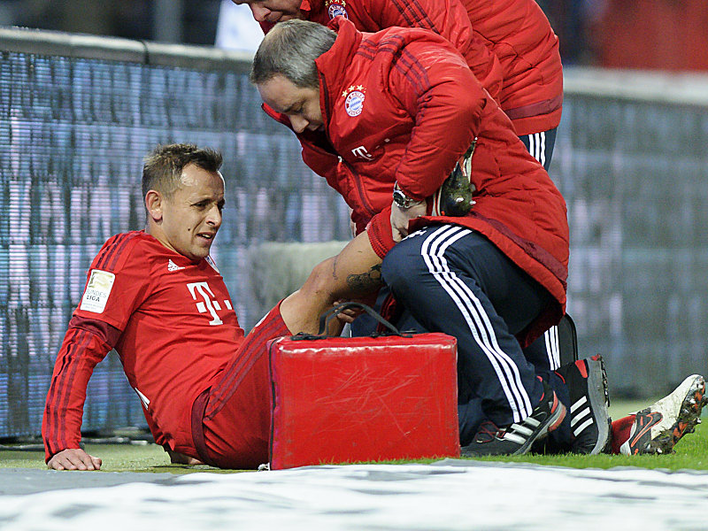 RAFINHA (FC Bayern) muss verletzt vom Platz. Fussball: Testspiel, Karlsruher SC - FC Bayern Muenchen , 16.01.2016 -- Football/ Soccer Friendly match : Karlsruher SC vs. Bayern Munich, January16, 2016.