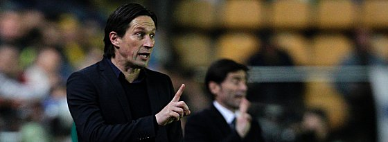 Leverkusen's coach Roger Schmidt gestures on the sideline during the UEFA Europa League Round of 16 first leg football match Villarreal CF vs Bayer Leverkusen at El Madrigal stadium in Vila-real on March 10, 2016. / AFP / JOSE JORDAN (Photo credit should read JOSE JORDAN/AFP/Getty Images)