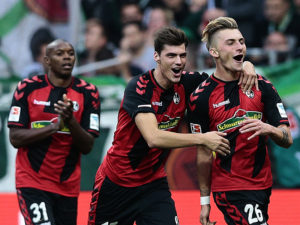 BREMEN, GERMANY - OCTOBER 29:  Maximilian Philipp (R) of Freiburg celebrates scoring the opening goal with his team mates during the Bundesliga match between Werder Bremen and SC Freiburg at Weserstadion on October 29, 2016 in Bremen, Germany.  (Photo by Oliver Hardt/Bongarts/Getty Images)