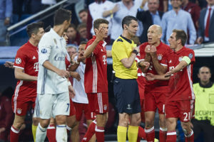MADRID, SPAIN - APRIL 18:  Players of Bayern Muenchen argues with the Referee Viktor Kassai (C) during the UEFA Champions League Quarter Final second leg match between Real Madrid CF and FC Bayern Muenchen at Estadio Santiago Bernabeu on April 18, 2017 in Madrid, Spain.  (Photo by fotopress/Getty Images)
